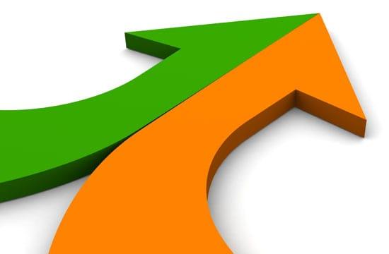AdWords: KMU können mit SEA SEO positiv beeinlussen. Als Symbol dafür dienen ein grüner Pfeil, der von links kommt und ein von rechts kommender orangener Pfeil, die zu einem grün-orangenen Pfeil verschmelzen.