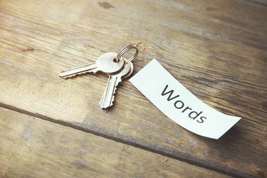 AdWords: KMU müssen Keywords recherchieren. Als Symbol hierfür liegen zwei Schlüssel und ein Zettel mit der Aufschrift