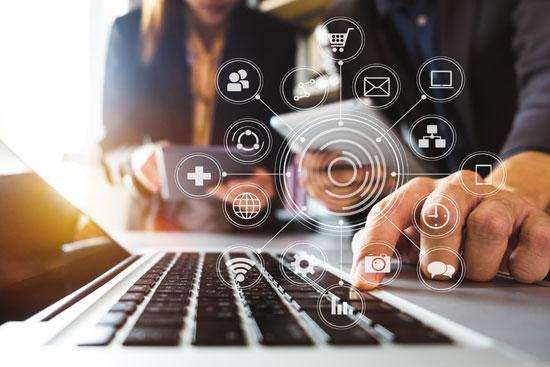Content Marketing: KMU müssen ihren Content veröffentlichen. Deshalb tippt ein Mann zur Content Distribution auf eine Taste. Die überlagernden Icons stellen die Distributionskanäle dar.
