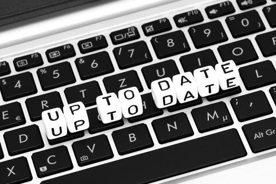 Buchstabenwürfel auf einer Computertastatur formen die Worte