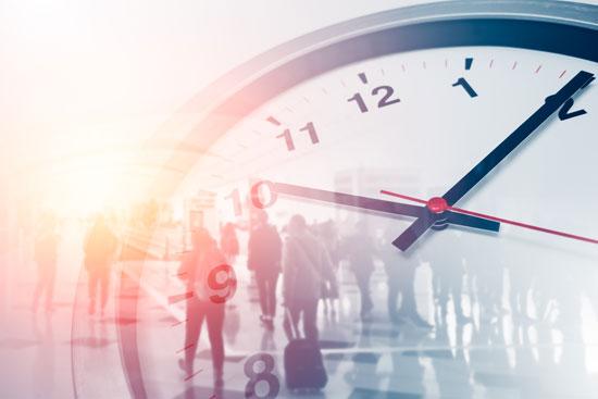Content Marketing: KMU müssen ihre Zielgruppe zur richtigen Zeit ansprechen. Das wird hier durch eine Uhr symbolisiert, die eine Gruppe Reisender überlagert.