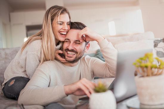 Content Marketing: KMU müssen ihre Zielgruppe definieren, wie z.B. das junge, lachende Paar auf dem Bild.