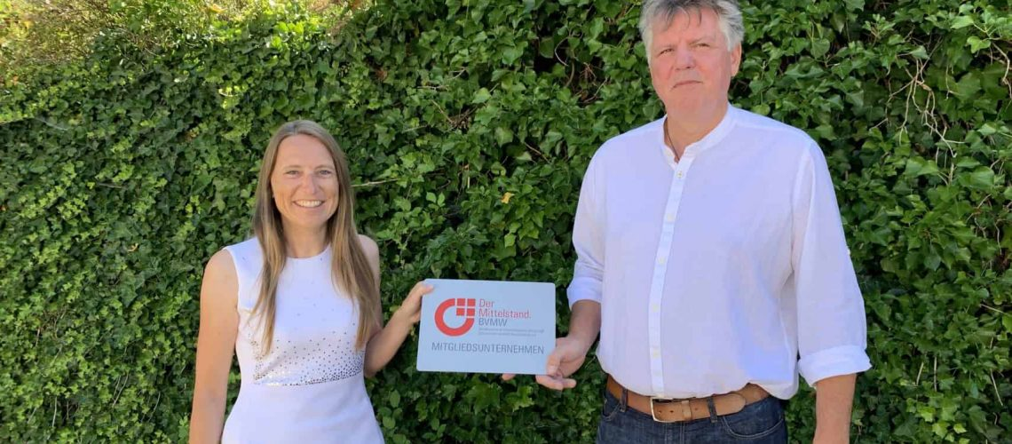 Martin Steinbach überreicht Marion Rehor ihre BVMW-Mitgliedsurkunde.
