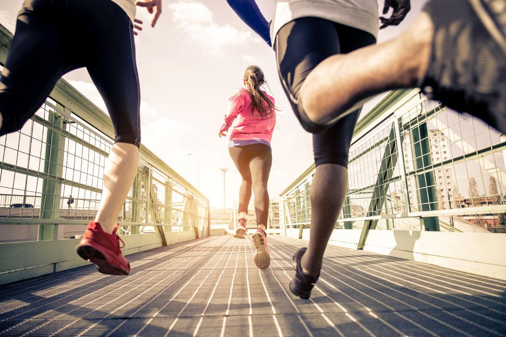 Online-Marketing: KMU lassen mit AdWords ihre Konkurrenz hinter sich wie die joggende Frau auf dem Bild.