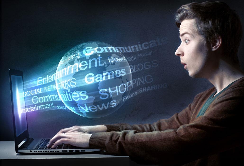 Junger Mann starrt gebannt auf den Bildschirm eines Laptops mit Inhalten aus dem Online-Marketing. KMU können mit packenden Inhalten ihre Nutzer begeistern.