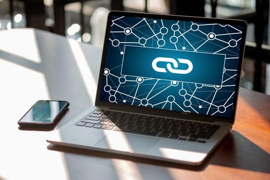 Darstellung einer Backlinkstruktur auf einem Laptop für das SEO von Blogs