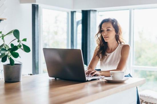 Bloggerin schreibt am Laptop über SEO für Blogs