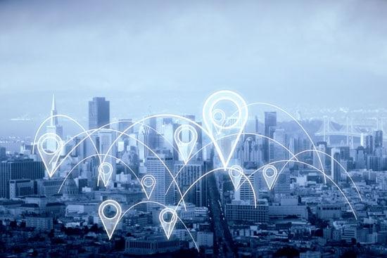 Foto einer Großstadt mit mehreren virtuellen Pin-Nadeln, die Local Citations beim SEO für KMU symbolisieren.