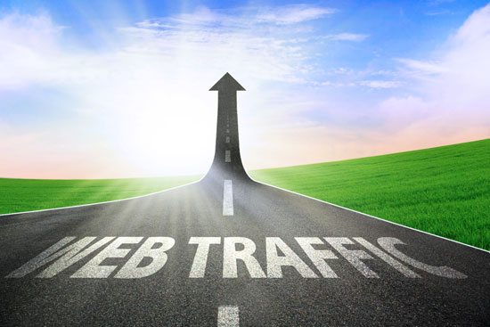 Eine Straße zeigt in Pfeilform nach oben. Auf der Straße steht web traffic geschrieben. Das steht sinnbildlich für SEO. KMU können damit nämlich ihre Traffic Generierung verbessern.