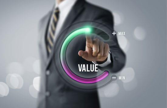 Ein Mann zeichnet einen Halbkreis in die Luft. Er endet bei value max, weil SEO Content mit Mehrwert benötigt.