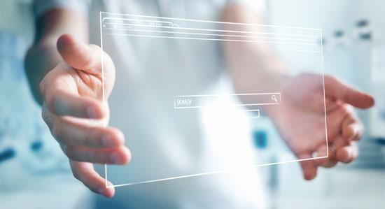 Ein Mann trägt eine virtuelle Website vom SEO Mittelstand.
