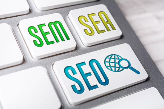 SEO: Mittelstand kann von SEO als Teil von SEM profitieren. Eine Computertastatur mit den Tasten SEM, SEO, SEA symbolisiert die Zusammengehörigkeit dieser drei Begriffe.