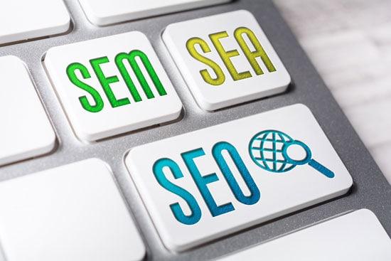 SEO und SEA sollten zu SEM kombiniert werden. Eine Computertastatur mit den Tasten SEO, SEA, SEM verdeutlicht diesen Zusammenhang. symbolisiert die Zusammengehörigkeit dieser drei Begriffe.